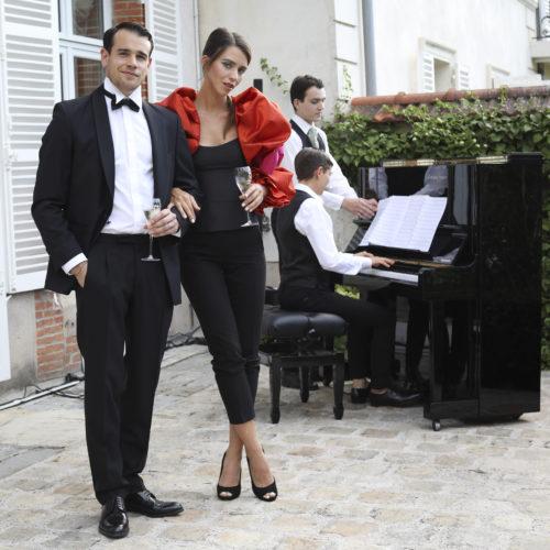 Hôtes et pianiste lors de la soirée Maison Belle Epoque